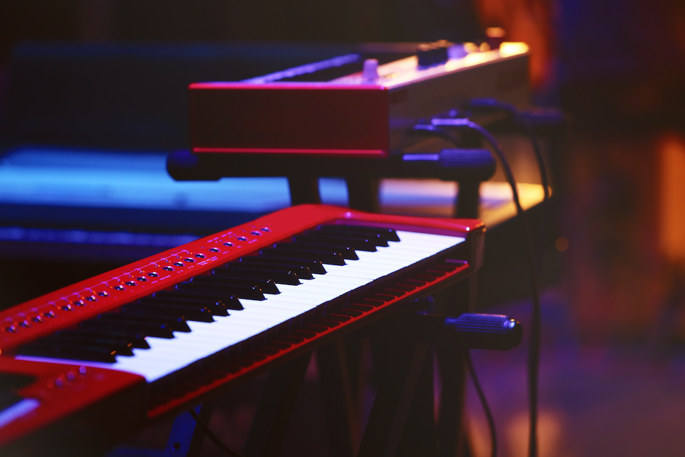 difference between midi keyboard vs digital piano